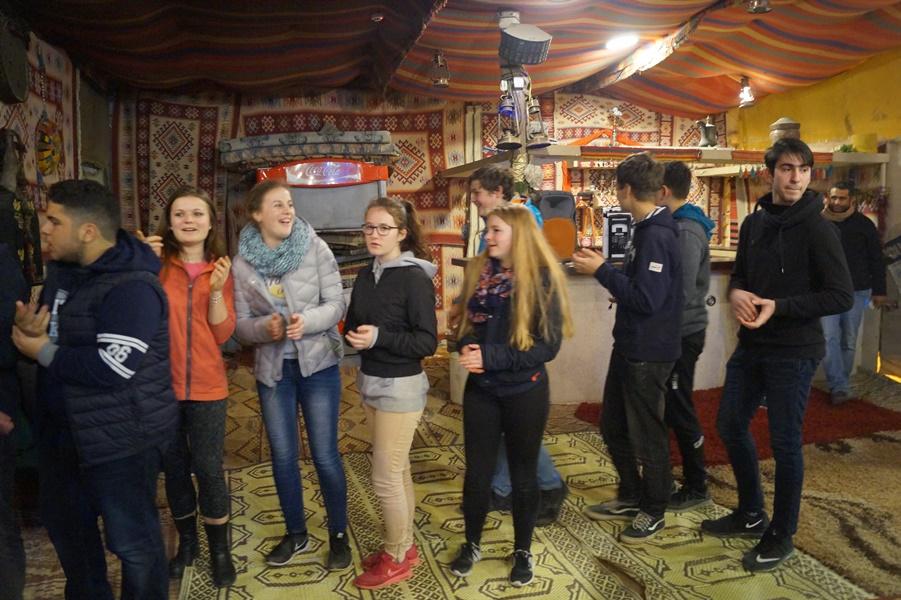 طلاب البعثة الألمانيّة يشاركون طلاب مدرسة آفاق الثّانويّة في مخيّم العلوم الأوّل