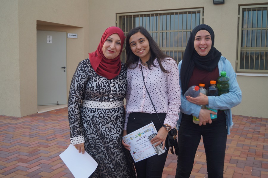 مدرسة آفاق الثانوية تفتح أبوابها وتزيّن باحاتها لاستقبال وتكريم الطلاب الذين تألّقوا في مسابقة الرياضيّات المنداويّة