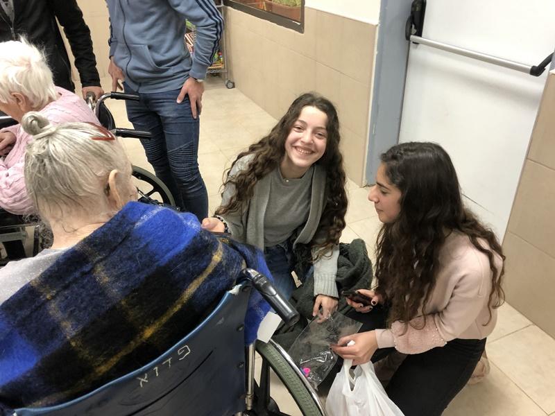 آفاق وهاردوف في عمل تطوعي في مشفى شفاعمرو