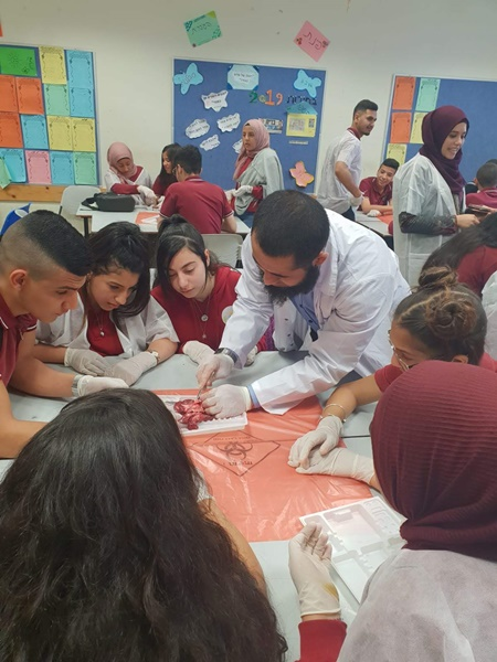 طلاب مدرسة آفاق الثانويّة تخصّص بيولوجيا يقومون بفعالية تشريح أعضاء