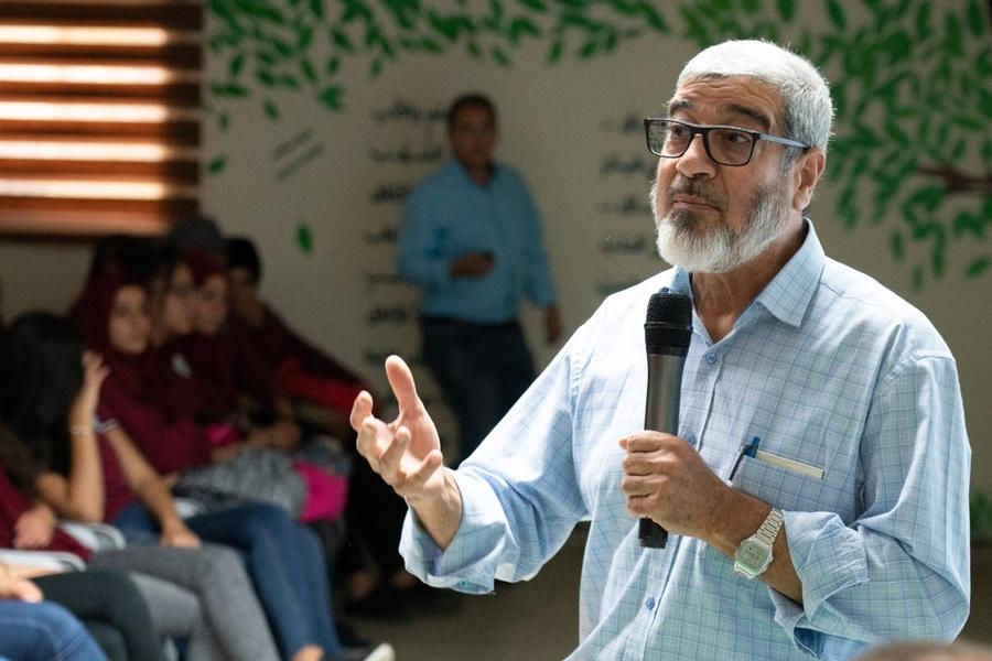 الدكتور محمود مصالحة يلقي محاضرة قيمة في مدرسة آفاق الثانوية