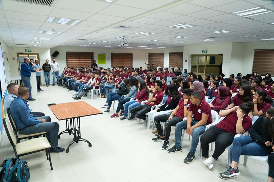 يوم فعاليات مع الشرطة في مدرسة آفاق الثانوية كفرمندا