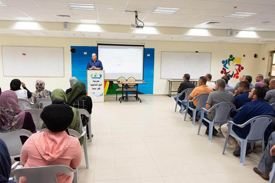 توزيع شهادات نصف فصلية (الفصل الاول) في مدرسة آفاق الثانوية كفرمندا